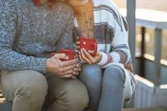 Café potable de jeune homme et de femme dehors Photos stock