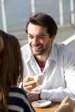 Café potable de jeune homme heureux avec la femme Photos stock