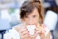 Café potable de jeune jeune mariée au café d'extérieur Photo stock