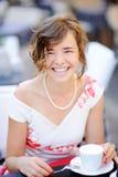 Café potable de jeune jeune mariée au café d'extérieur Photographie stock