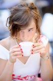 Café potable de jeune jeune mariée pendant son jour du mariage Photos stock