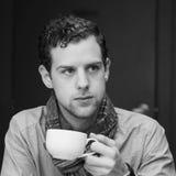 Café potable de jeune mâle caucasien images libres de droits