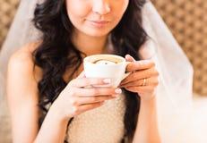 Café potable de jeune mariée à un jour du mariage Photos libres de droits