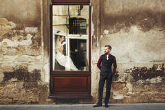 Café potable de jeune mariée magnifique élégante en fenêtre et le GR élégant Photos libres de droits