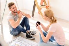 Café potable de jeunes couples Photographie stock libre de droits