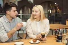 Café potable de jeunes couples heureux au café Images libres de droits