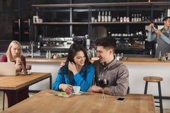 Café potable de jeunes couples heureux au café Photographie stock libre de droits