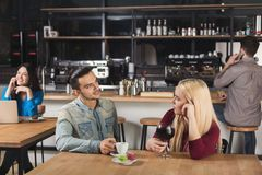 Café potable de jeunes couples heureux au café Photo libre de droits