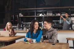 Café potable de jeunes couples heureux au café Photographie stock