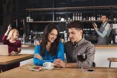 Café potable de jeunes couples heureux au café Photo stock