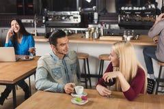 Café potable de jeunes couples heureux au café Image libre de droits