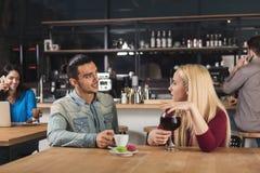 Café potable de jeunes couples heureux au café Photos libres de droits