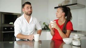 Café potable de jeunes couples mignons dans la cuisine Ils ont la bonne humeur ce matin banque de vidéos