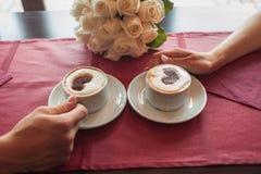Café potable de jeunes mariés image stock