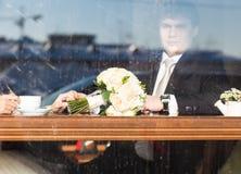 Café potable de jeunes mariés en café photo libre de droits