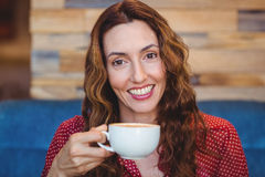 Café potable de jolie brune heureuse Photographie stock