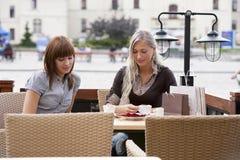 Café potable de la jeune dame deux Photo libre de droits