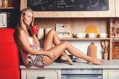 Café potable de matin de jeune femme photo stock