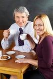 Café potable de vieux couples Image libre de droits