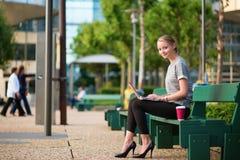 Café potable et travail de jeune femme photos stock