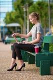 Café potable et travail de jeune femme image libre de droits