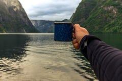 Café potable sur les rivages du Naerofjord en Norvège photo stock