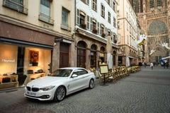Café presque vide et rue principale à Strasbourg Image stock