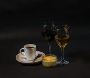 Café preto aromático em um copo, em um branco e em um vinho tinto brancos, doces Imagens de Stock Royalty Free