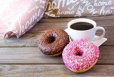 Café preto com anéis de espuma Fotografia de Stock