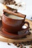 Café preto com canela fotografia de stock royalty free