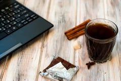 Café preto com canela em um vidro e em cookies dos pedaços de chocolate imagem de stock