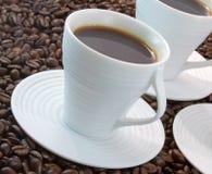 Café preto com feijões de café Fotografia de Stock