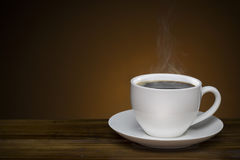 Café preto com fumo - copo de café quente na tabela de madeira com co Foto de Stock Royalty Free