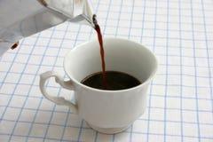 Café preto de derramamento imagens de stock