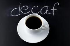 Café preto de vista superior em um fundo preto imagens de stock royalty free