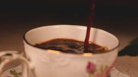 Café preto delicioso com uma fatia de parte do chocolate video estoque