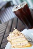 Café preto do bolo e do gelo Fotografia de Stock Royalty Free
