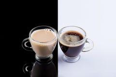 Café preto e branco em um fundo preto e branco Imagens de Stock Royalty Free