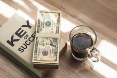 Café preto e dólar caseiros frescos no café da manhã foto de stock royalty free