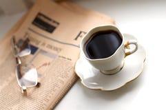 Café preto, jornal de negócio e vidros Foto de Stock Royalty Free