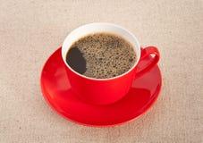 Café preto no copo vermelho com saucer Fotos de Stock