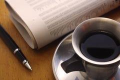Café preto, pena e jornal Imagem de Stock Royalty Free