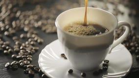 Café preto quente de derramamento no copo branco vídeos de arquivo