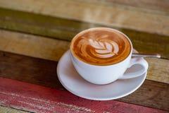 Café preto quente em um fundo natural borrado fotografia de stock royalty free