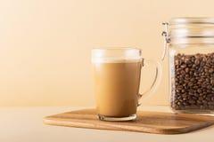 Café a prueba de balas, mezclado con mantequilla orgánica y el coco de MCT imagen de archivo libre de regalías