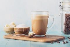 Café a prueba de balas, mezclado con mantequilla orgánica y el coco de MCT imagenes de archivo