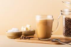 Café a prueba de balas, mezclado con mantequilla orgánica y el coco de MCT imágenes de archivo libres de regalías