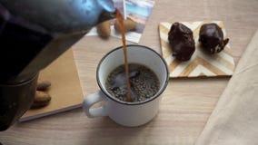 Café que derrama no copo vídeos de arquivo