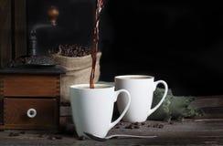 Café que derrama no copo Imagem de Stock