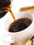 Café que está sendo ronronado dentro a um copo Fotografia de Stock Royalty Free